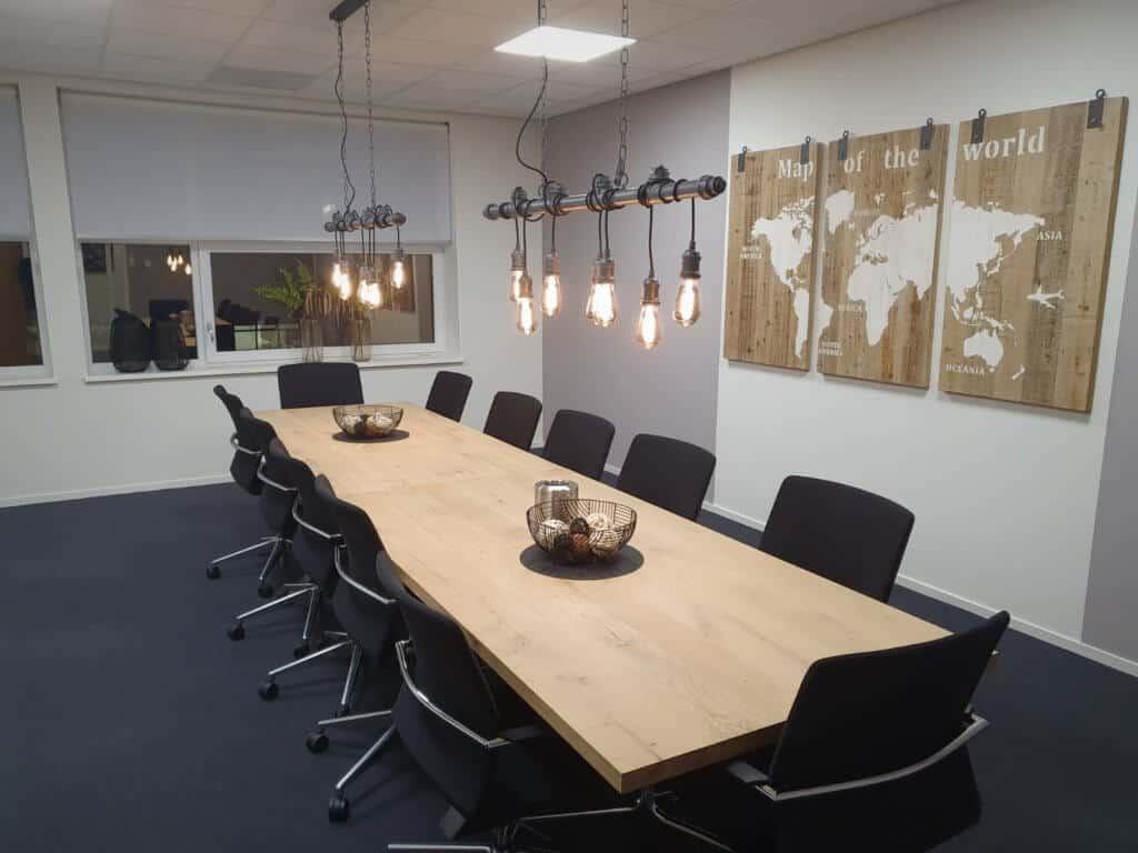Eikenhouten tafels met stoelen