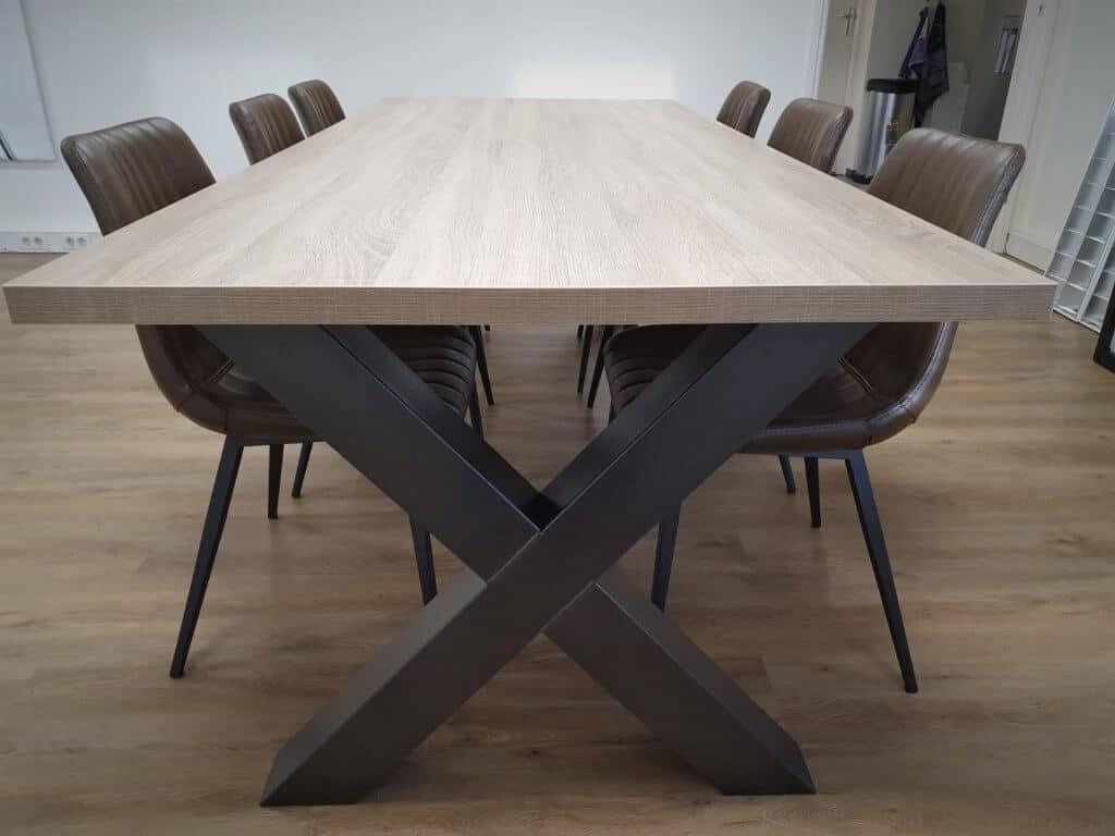 Melamine tafel met x poot en stoelen