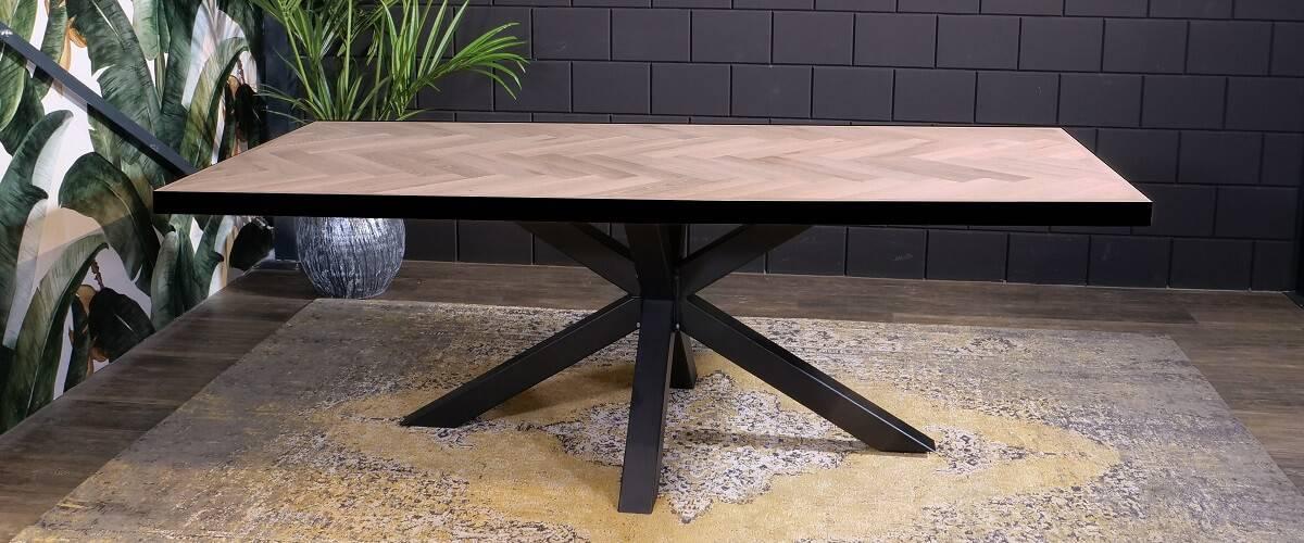 Visgraat tafelblad met ijzeren lijst onderstel industrieel